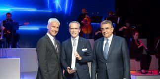 En el centro, Paolo Ferrari, CEO y presidente de Bridgestone EMEA, posa con el premio Volkswagen Group Award.