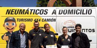 El equipo de Talleres Quinientos posa con el premio 'Confortauto Premium 2017'